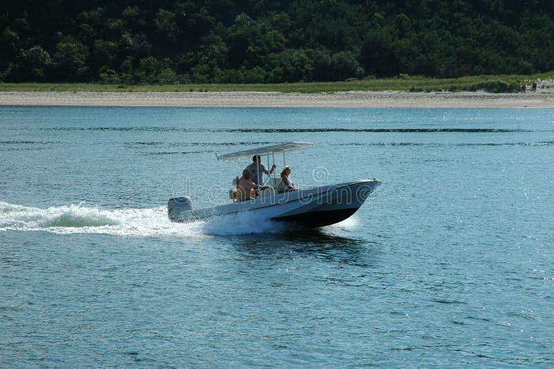 BoatLeavingHarbor photo stock