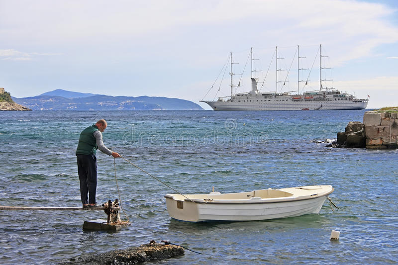 Boatman bij Oude Stadshaven, Dubrovnik, Kroatië stock fotografie