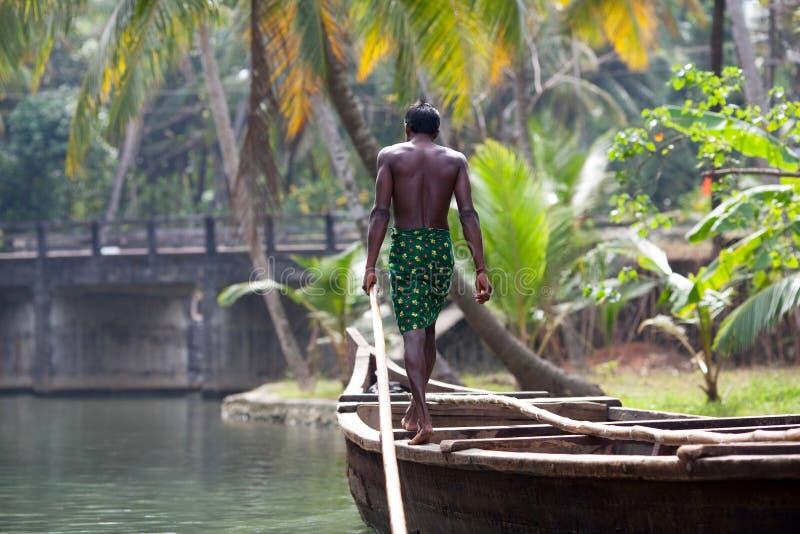Boatman in de houten boot royalty-vrije stock afbeeldingen
