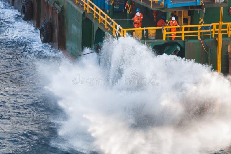 Boatman die aan de boot van de deklevering, bemanningenverrichting op installatieboot werken stock fotografie