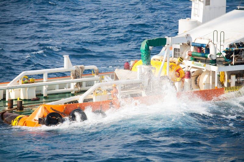 Boatman die aan de boot van de deklevering, bemanningenverrichting op installatieboot werken royalty-vrije stock foto's