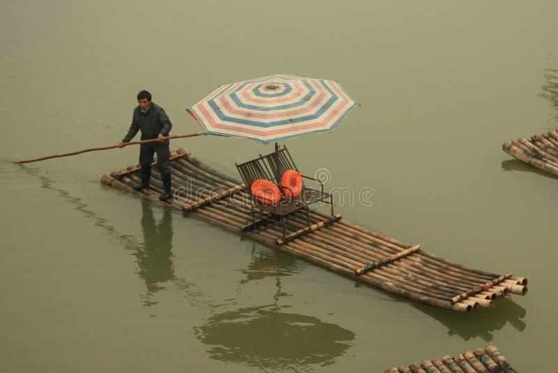 Boatman drijft vlot voor toeristen in Guilin royalty-vrije stock afbeelding
