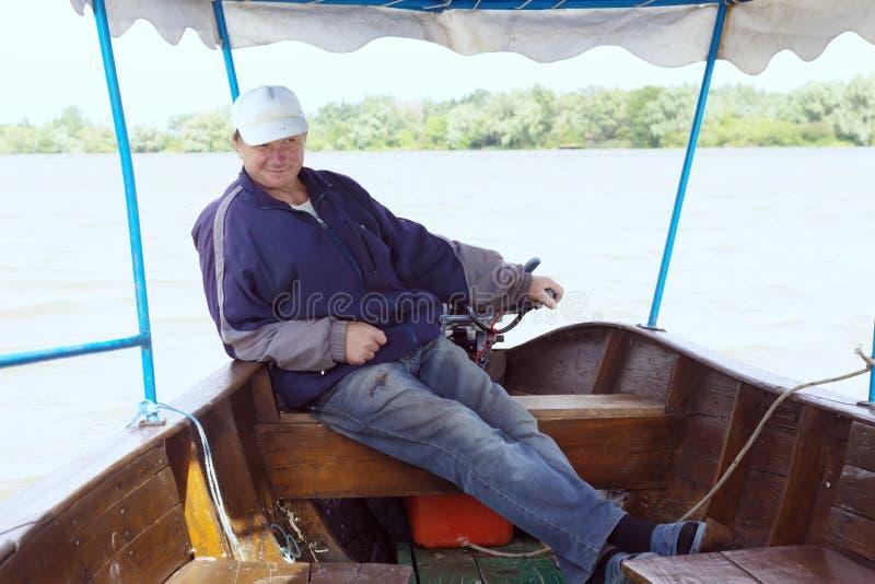 Boatman in een plezierboot, op de Rivier van Donau, Vilkovo, de Oekraïne royalty-vrije stock afbeelding