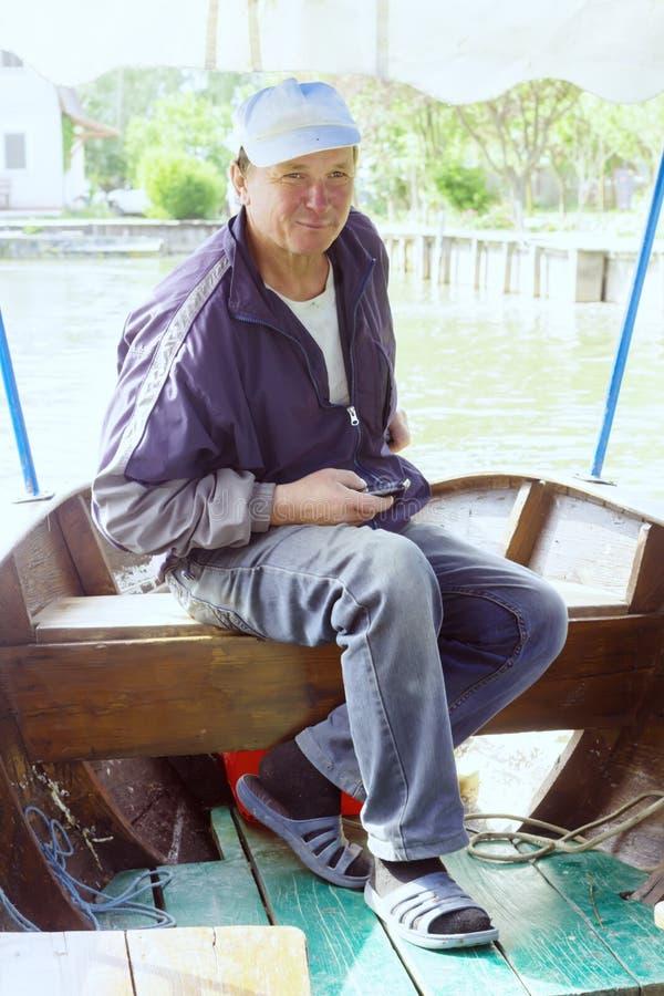 Boatman in een plezierboot, op de Rivier van Donau, Vilkovo, de Oekraïne stock afbeelding