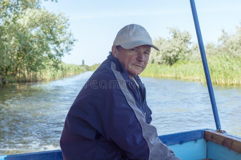 Boatman in een plezierboot, op de Rivier van Donau, Vilkovo, de Oekraïne stock fotografie