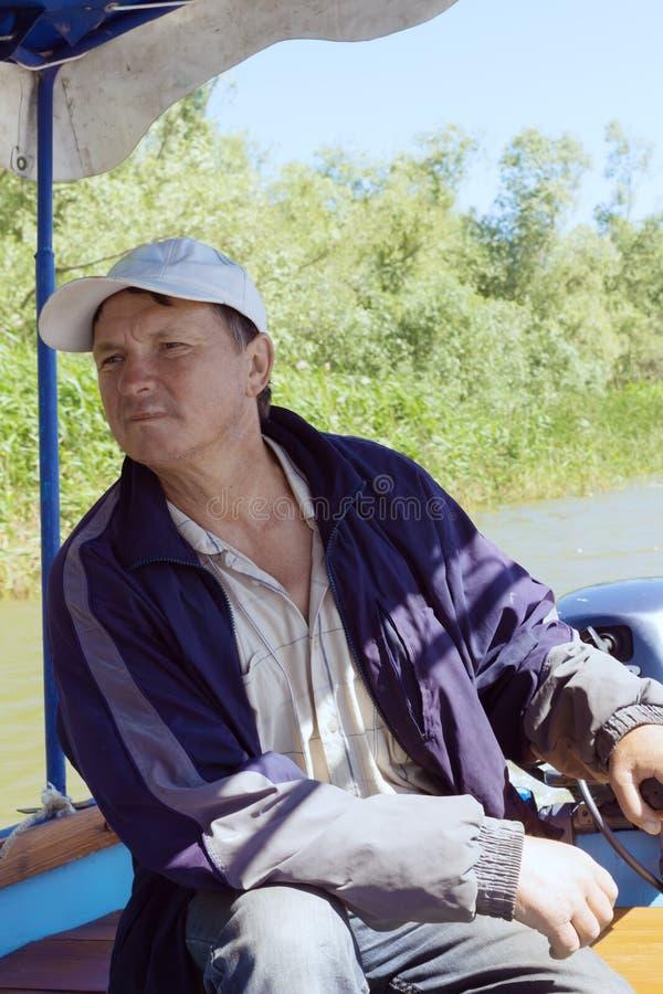 Boatman in een plezierboot, op de Rivier van Donau, Vilkovo, de Oekraïne royalty-vrije stock foto's