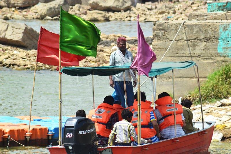 Boatman en bezoekers van chambal rivier stock fotografie