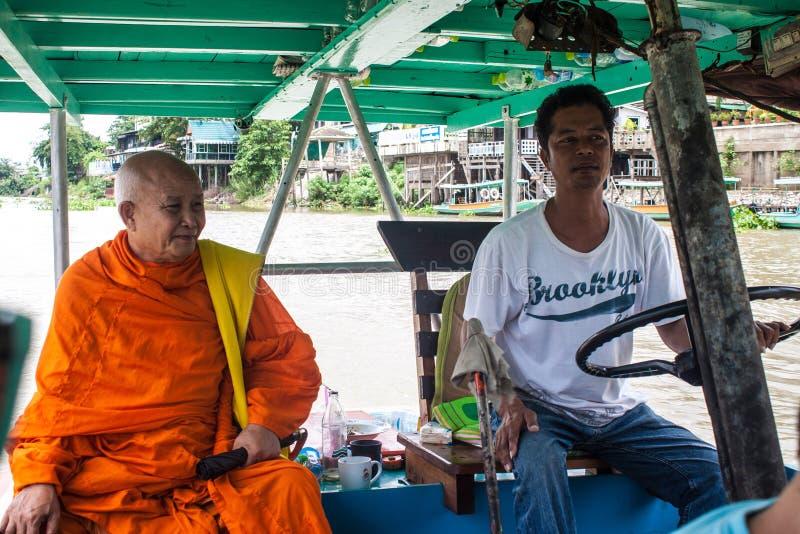 Boatman en monnik op een veerboot royalty-vrije stock foto