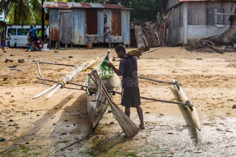 Boatman en zijn traditionele houten pirogue royalty-vrije stock afbeeldingen