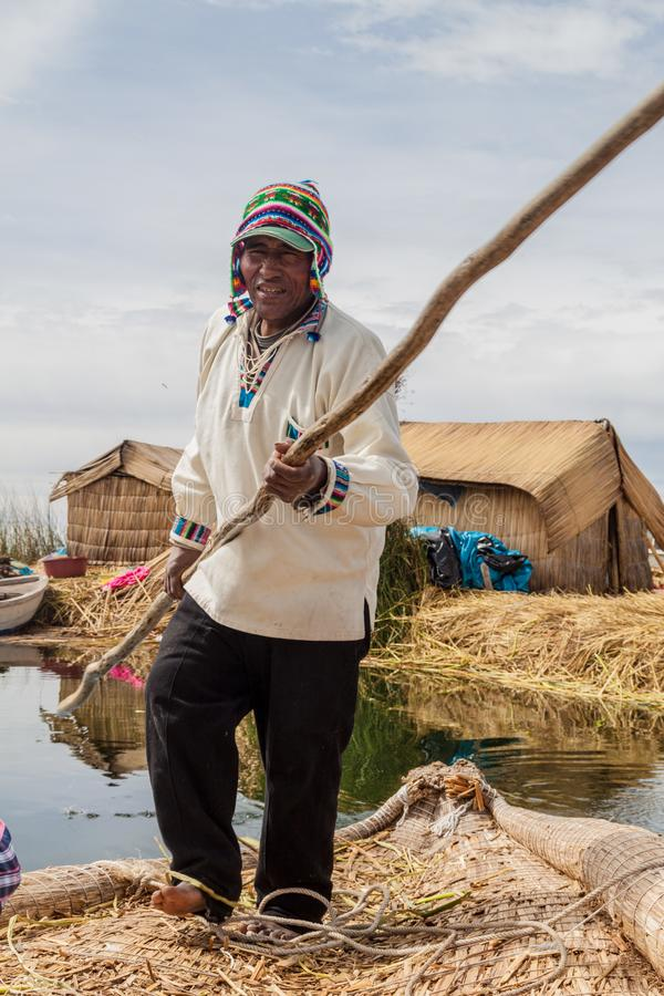 Boatman, inwoner van de drijvende eilanden van Uros royalty-vrije stock fotografie
