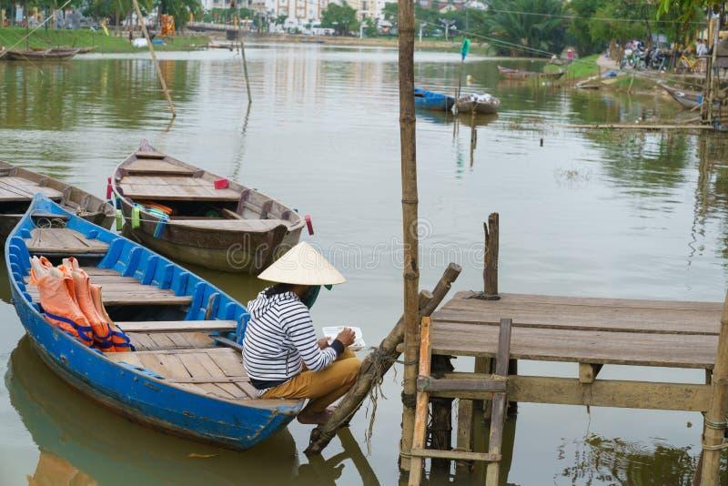Boatman met Kegelhoeden in Vietnam stock afbeeldingen