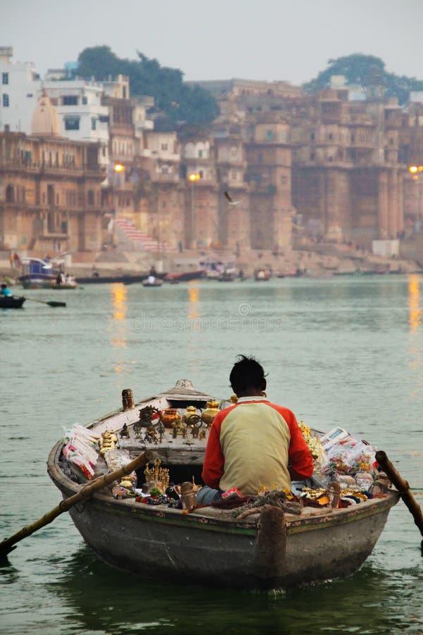 Boatman op de Ganges stock foto's