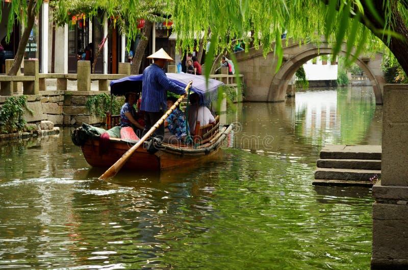 Boatman op Grand Canal, Zhouzhang, China stock afbeeldingen