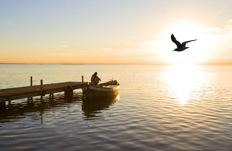 Boatman op het meer stock afbeelding