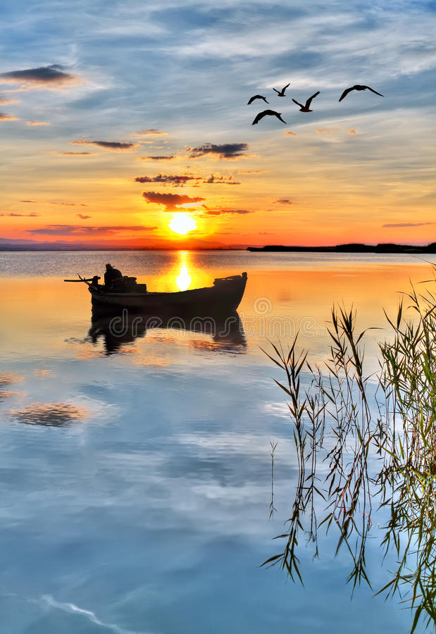 Boatman op het meer royalty-vrije stock afbeeldingen