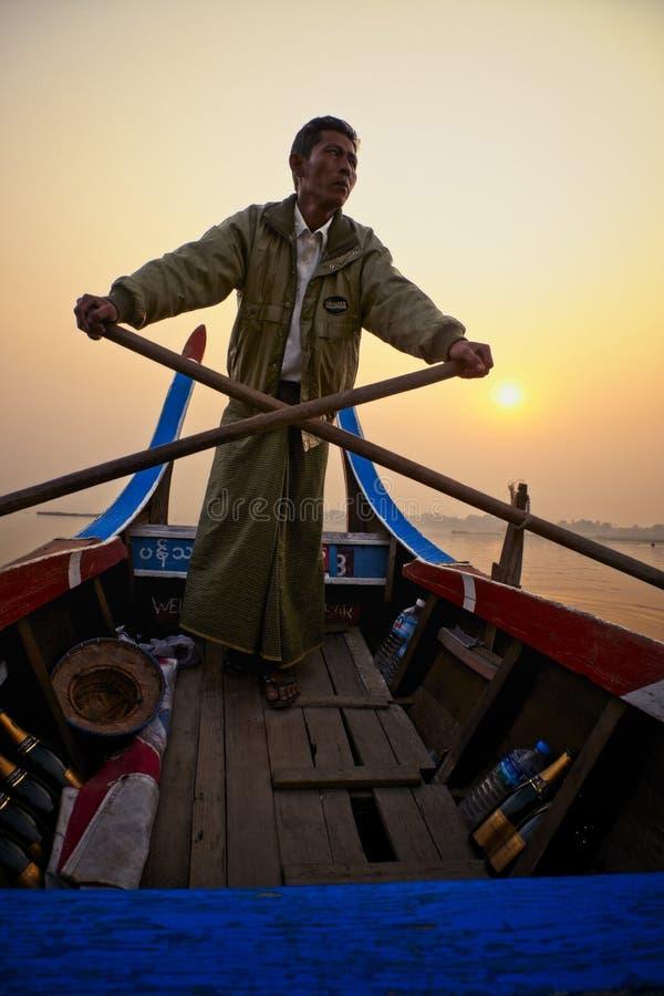 Boatman roeit zijn boot royalty-vrije stock afbeelding