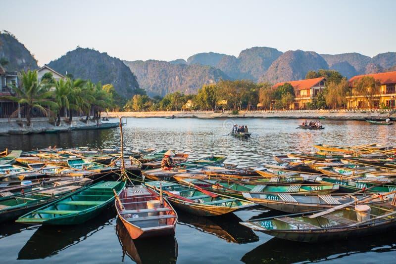 Boatman veerbotentoeristen langs de Halong-Baai bij de landtoeristische attractie in Tam Coc, Vietnam stock foto