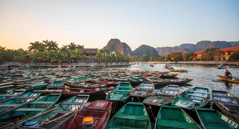 Boatman veerbotentoeristen langs de Halong-Baai bij de landtoeristische attractie in Tam Coc, Vietnam stock afbeelding