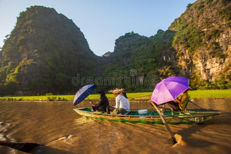 Boatman veerbotentoeristen langs de Halong-Baai bij de landtoeristische attractie in Tam Coc, Vietnam royalty-vrije stock foto's