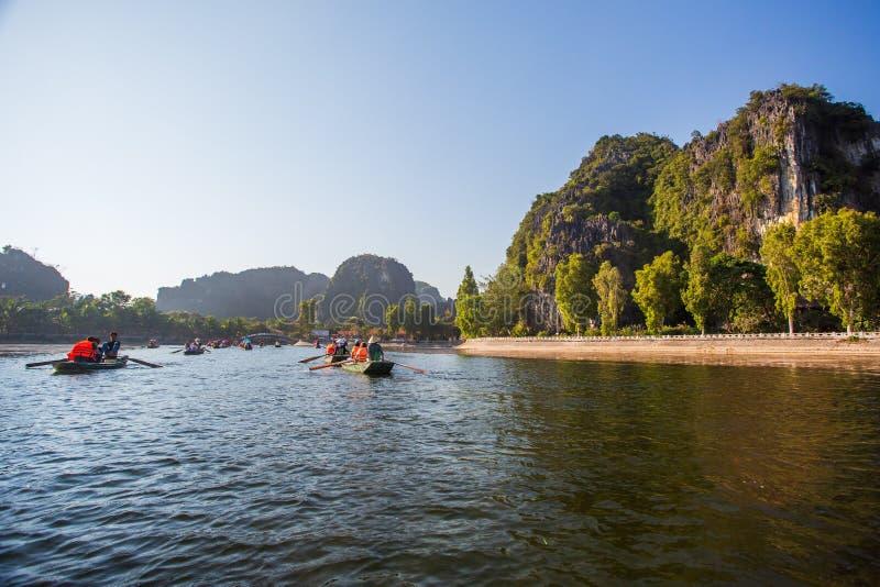 Boatman veerbotentoeristen langs de Halong-Baai bij de landtoeristische attractie in Tam Coc, Vietnam royalty-vrije stock afbeelding