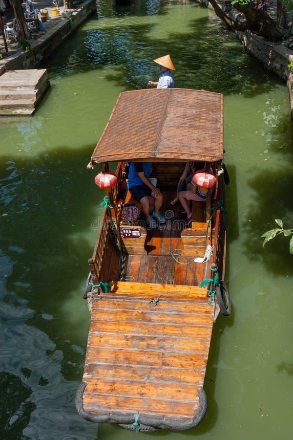 Boatman vervoerden toeristen door Chinese gondel op kanaal stock afbeeldingen