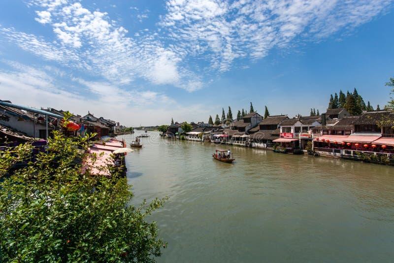 Boatman vervoerden toeristen door Chinese gondel op kanaal royalty-vrije stock foto