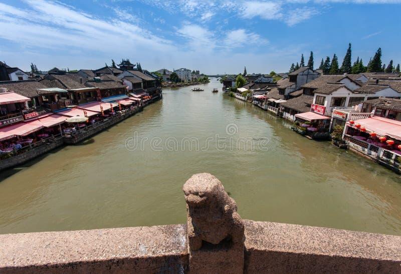 Boatman vervoerden toeristen door Chinese gondel op kanaal royalty-vrije stock foto's