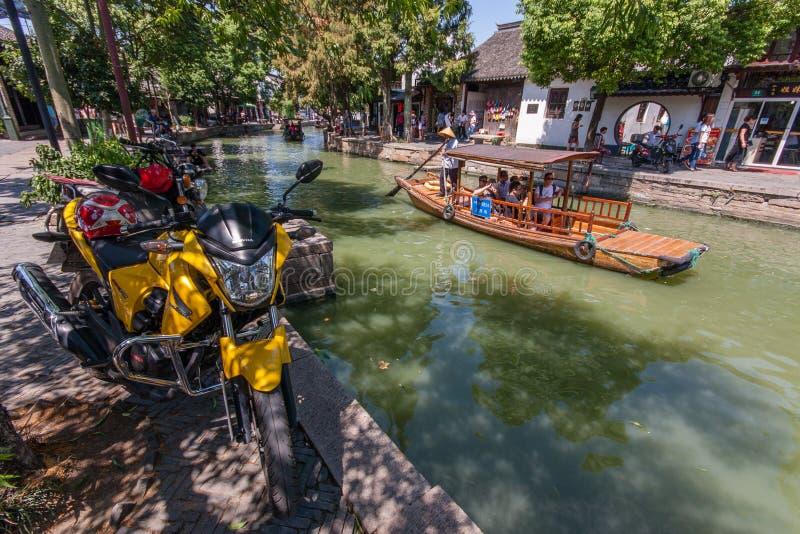 Boatman vervoerden toeristen door Chinese gondel op kanaal stock afbeelding