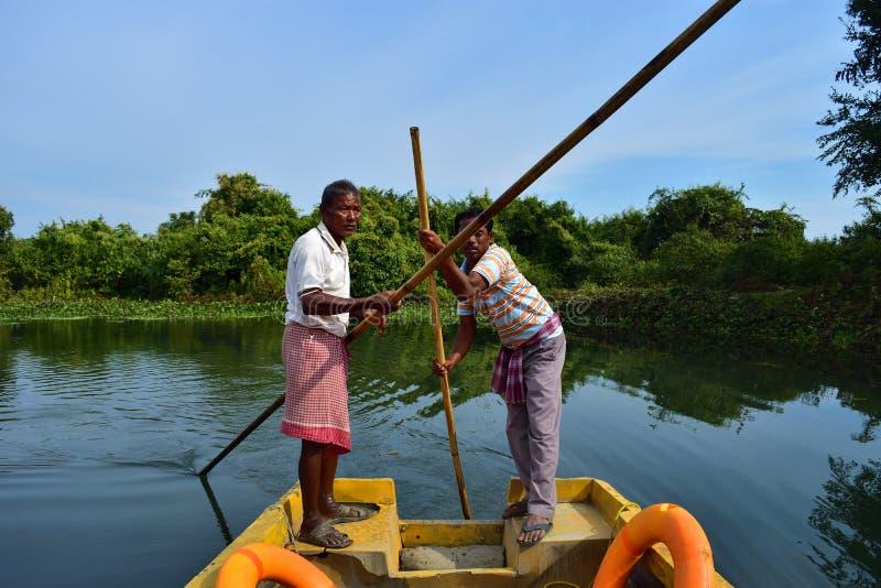 Boatmen drijven boot door Buxa Tiger Reserve in West-Bengalen, India Een bootrit door de wildernis royalty-vrije stock fotografie