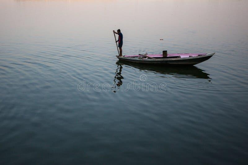 Download Boatmen Op Een Boot Glijdt Door Water Op De Rivier Van Ganges Langs Kust Van Varanasi Redactionele Stock Foto - Afbeelding bestaande uit building, heilig: 114226668