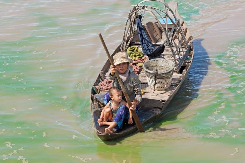 Boatpeople en el lago sap de Tonle en Camboya imágenes de archivo libres de regalías