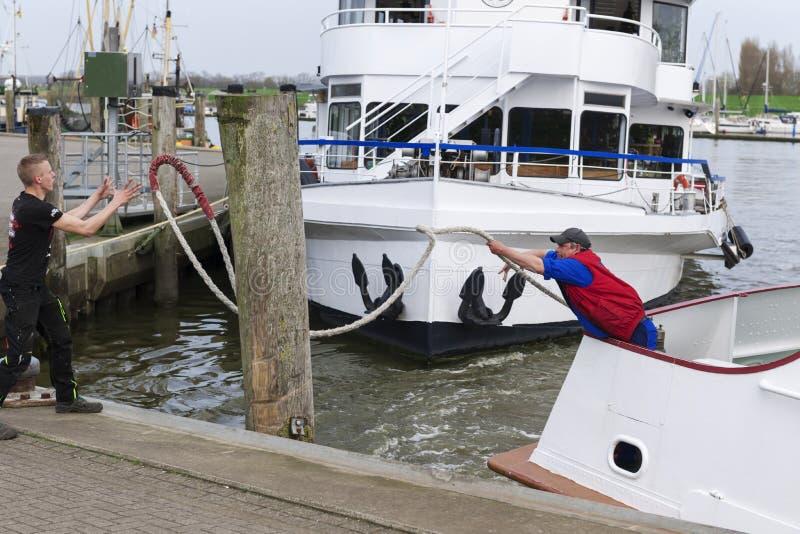 Boatsmen przy dokiem w Carolinensiel obraz stock