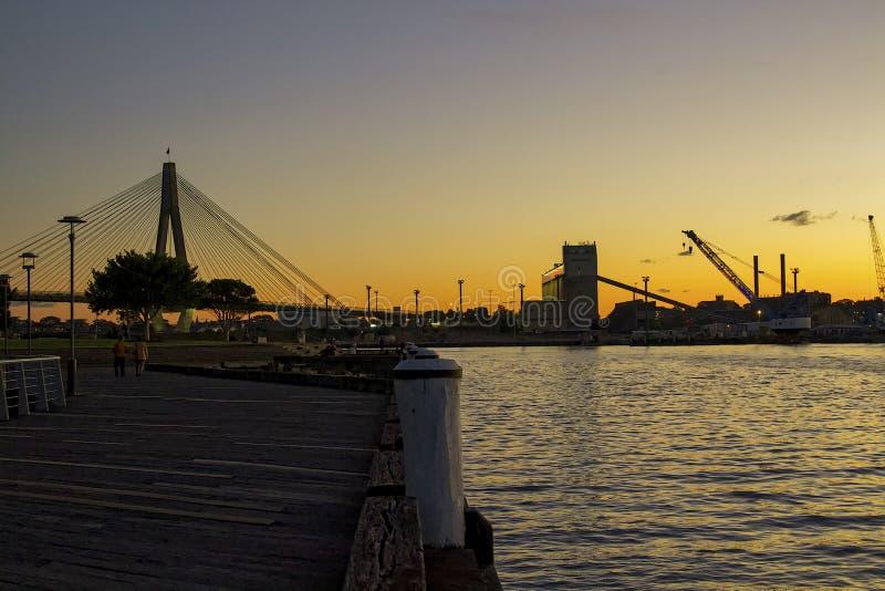 Boattyard della città di Sydney con le gru al crepuscolo fotografie stock