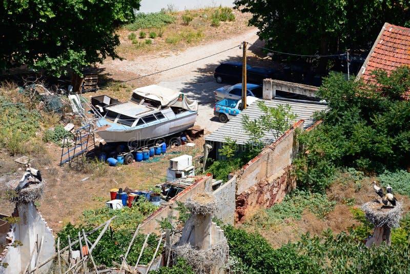 Boatyard και πελαργοί που τοποθετούνται, Silves, Πορτογαλία στοκ εικόνα