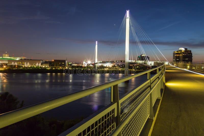 Bob Kerry-Fußbrücke mit Omaha Nebraska-Skylinen mit schönen Himmelfarben gleich nach Sonnenuntergang lizenzfreie stockfotos