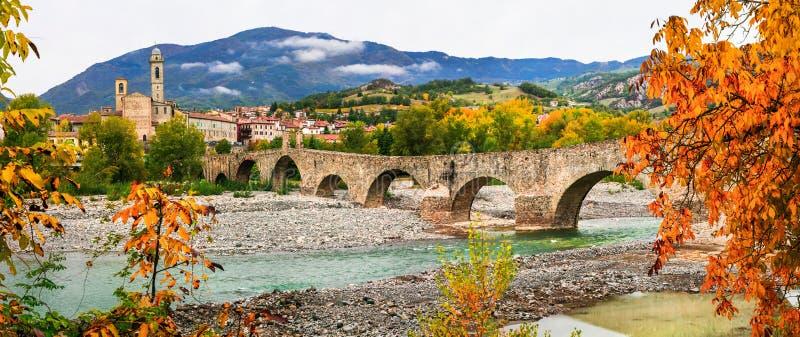 Bobbio - schöne alte Stadt mit eindrucksvoller römischer Brücke, es lizenzfreies stockbild