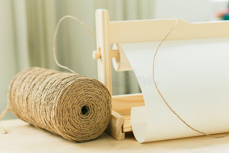 Bobina con corda per lo spostamento di regalo sulla tavola di legno immagini stock libere da diritti