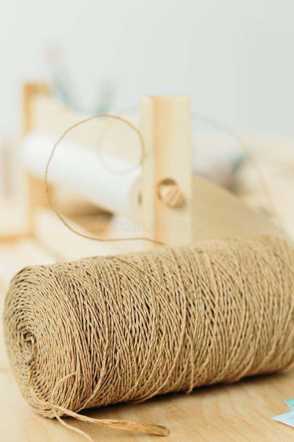 Bobina con corda per lo spostamento di regalo sulla tavola di legno fotografia stock