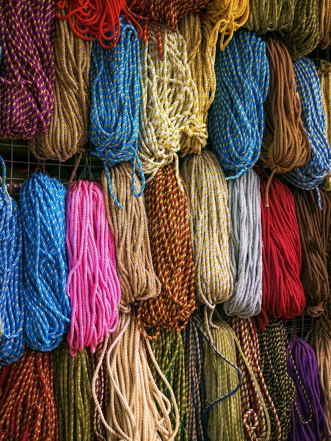 Bobina da corda da cor Feche acima da parte do aroun envolvido corda da cor imagem de stock