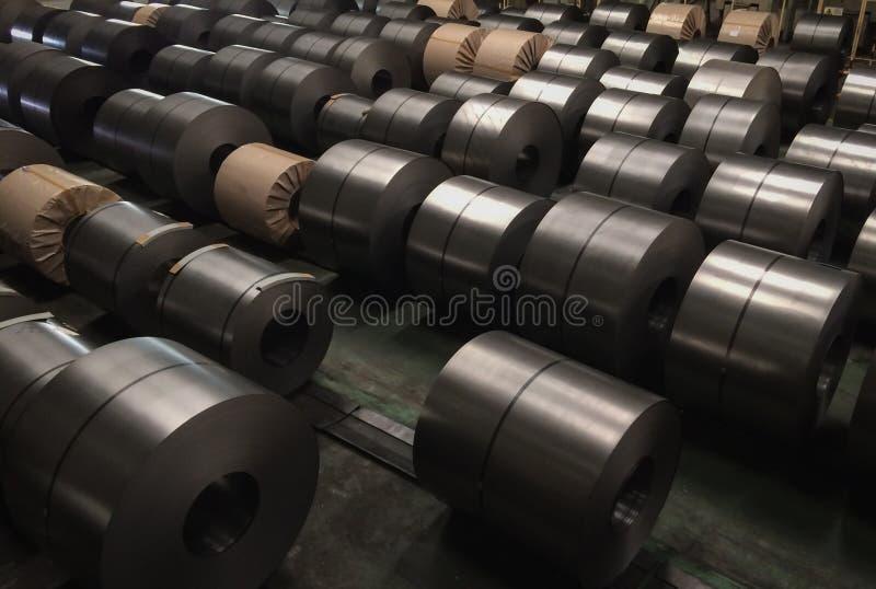 Bobina de aço laminada na área de armazenamento na indústria de aço foto de stock