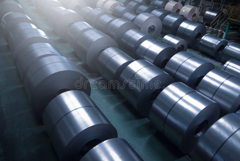 Bobina de aço laminada na área de armazenamento na planta da indústria de aço fotografia de stock royalty free