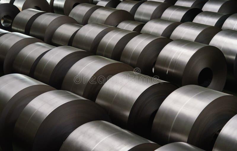 Bobina de aço laminada na área de armazenamento na indústria de aço imagem de stock