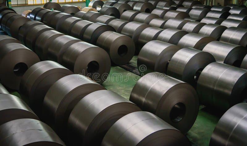 Bobina de aço laminada na área de armazenamento na indústria de aço fotografia de stock