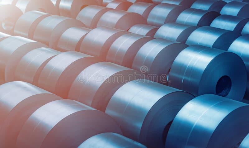 Bobina de aço laminada na área de armazenamento na planta da indústria de aço imagem de stock