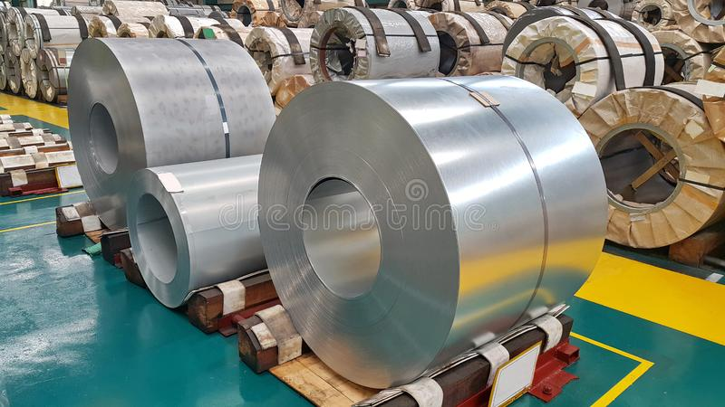 Bobina de aço no armazém da fábrica, matéria prima para muitas indústrias imagens de stock