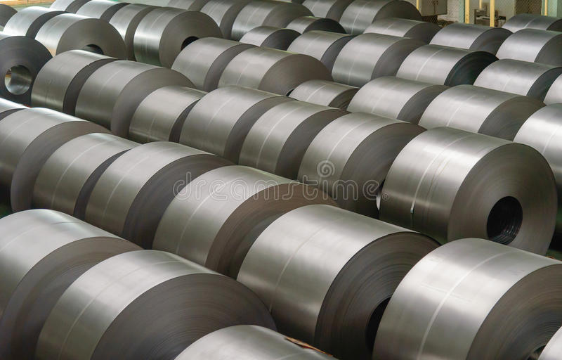 Bobina de acero en frío en el almacén en la industria de acero fotos de archivo