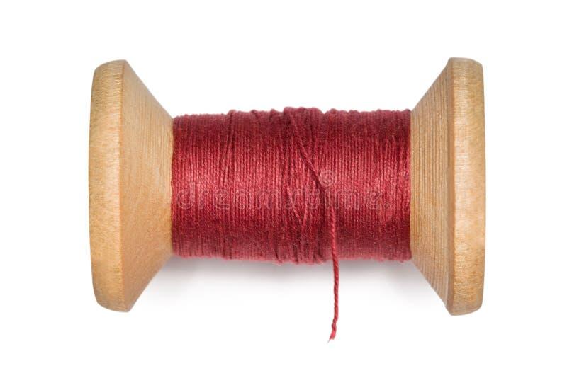 Bobina de madeira com as linhas do vermelho isoladas no branco fotos de stock royalty free