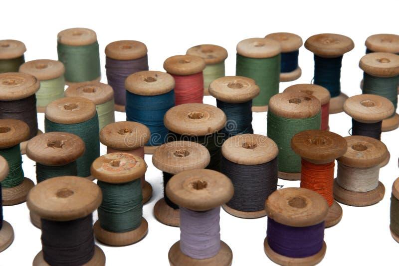 Bobina de madeira com linha de costura fotografia de stock