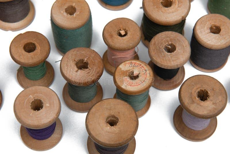 Bobina de madeira com linha de costura foto de stock