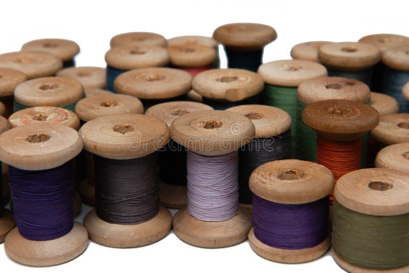 Bobina de madeira com linha de costura imagem de stock
